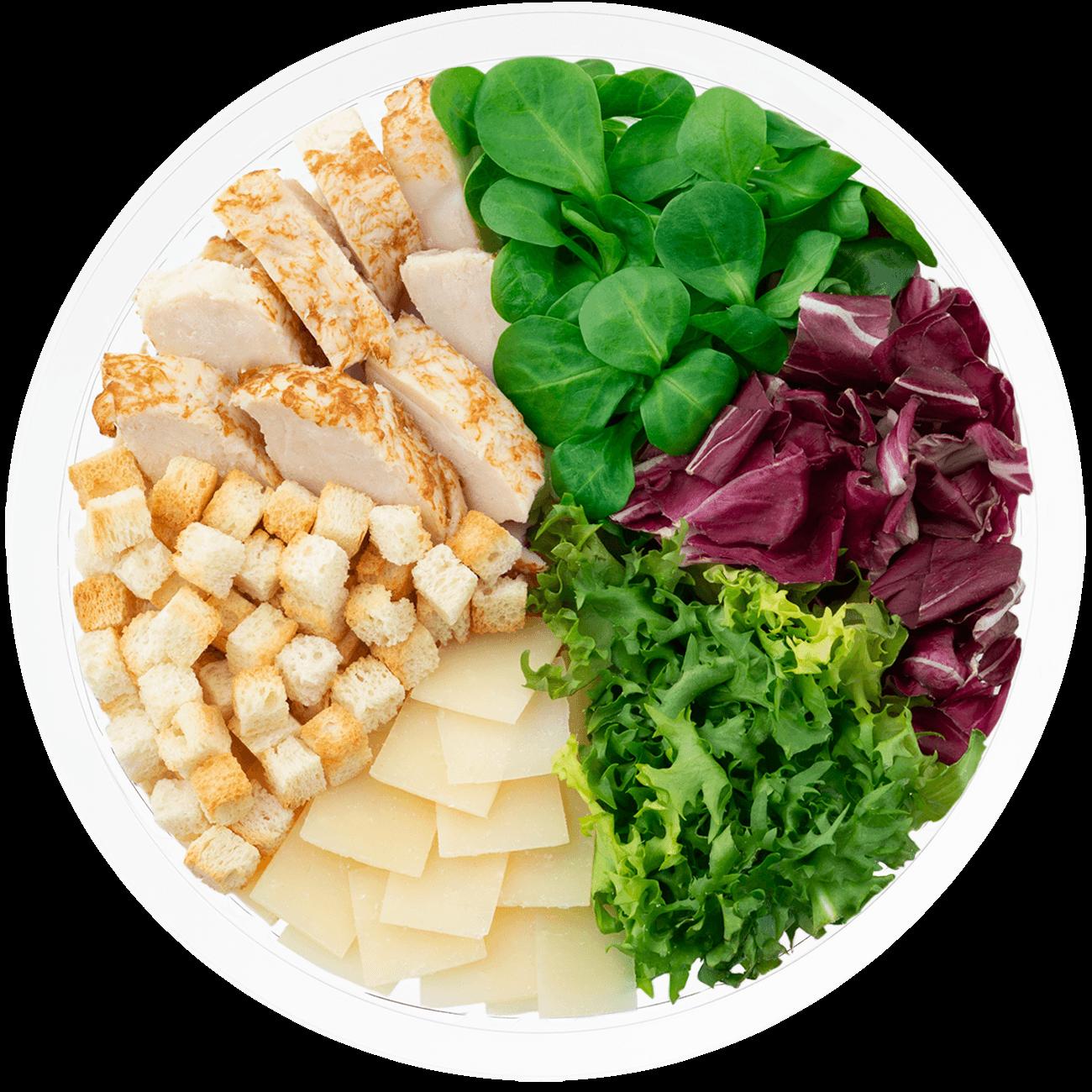 Ensalada completa cesar con salsa cesar, escarola rizada, radicchio, canonigo verde, queso parmesano, picatostes y pollo braseado