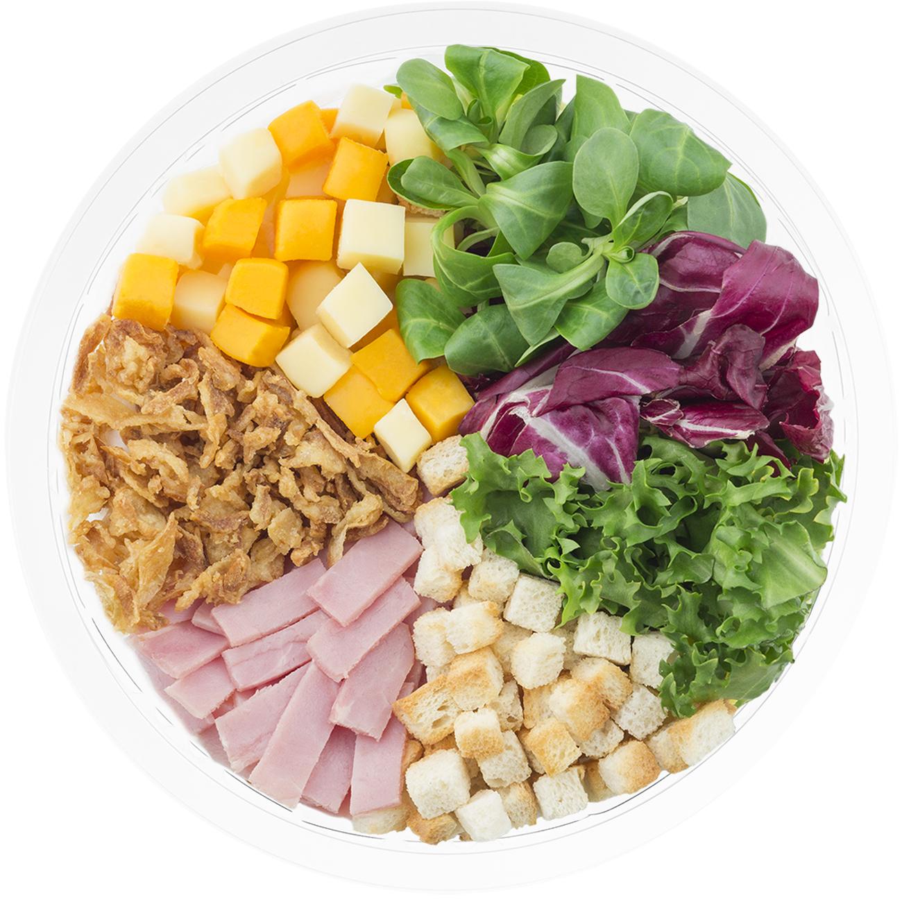 Ensalada completa New Yorker con escarola rizada, radicchio, canonigo verde, bacon, picatostes, queso cheddar, cebolla crujiente y vinagreta de modena y miel