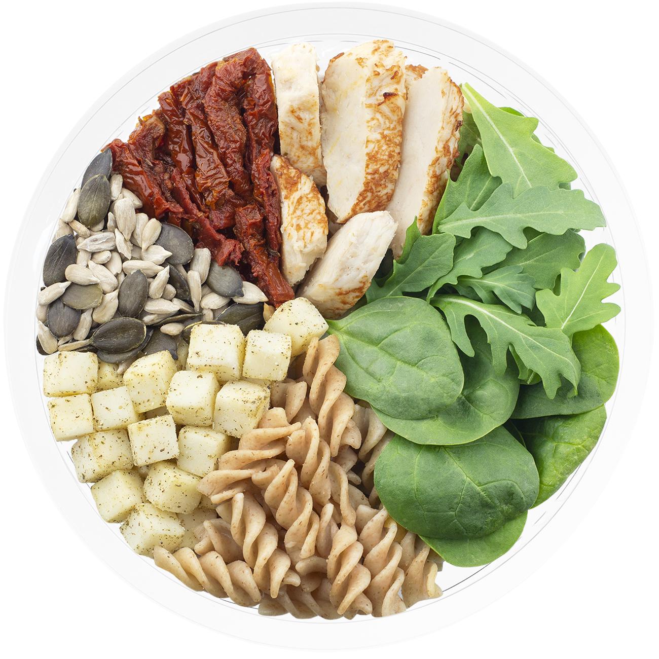Ensalada completa de pasta integral con brotes de espinaca, pasta integral, tomate en aceite, pollo braseado, queso finas hierbas, pipas de calabaza, semillas de girasol, brote de rucula y vinagreta con finas hierbas