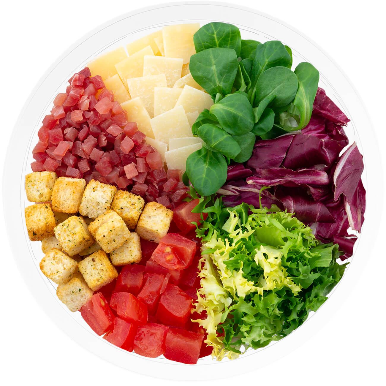 Ensalada completa ibérica con escarola rizada, radicchio,canónigo verde, jamón serrano, queso curado, tomate en dados y vinagreta de gazpacho