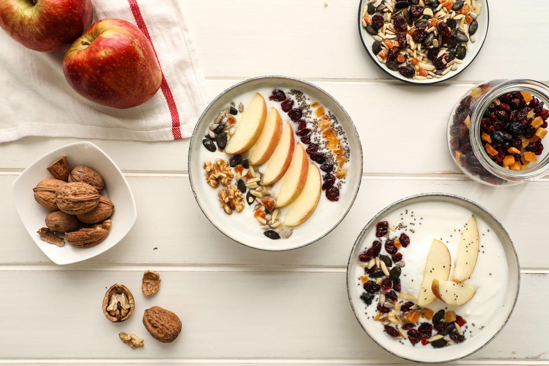 Cómo hacer una receta de Bowl de Yogurt, manzana, y frutos secos