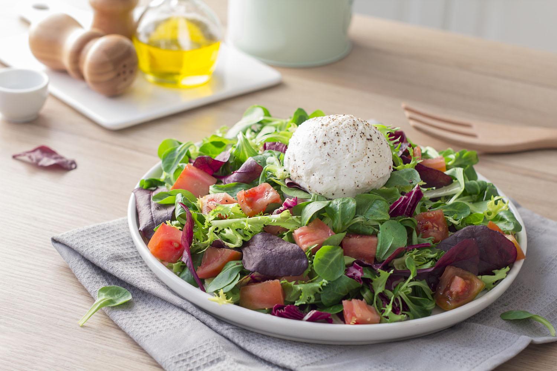 Cómo hacer una receta de Ensalada gourmet con burrata y tomates raf