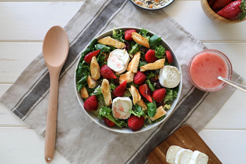 Cómo hacer una receta de Ensalada Gourmet de pollo y fresas