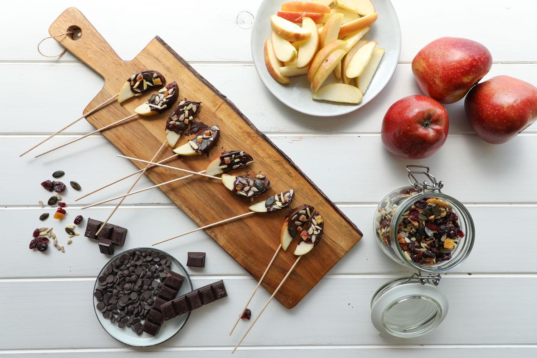 Cómo hacer una receta de Lollipop de manzana chocolate y frutos secos